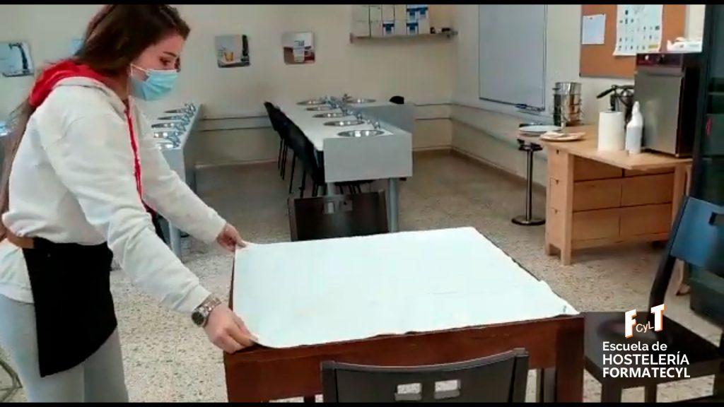 Vistiendo mesa en la Escuela de Hostelería Formatecyl
